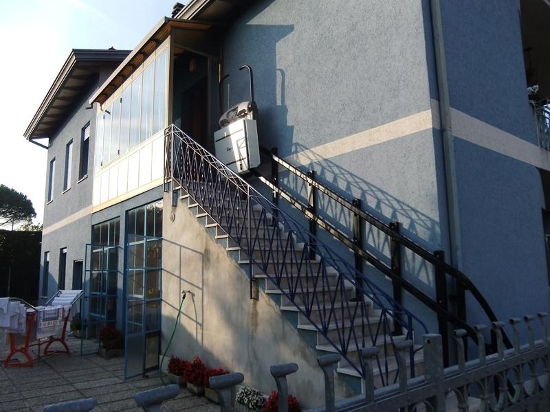 Installazione di Montascale a Mirano (Venezia). Portacarozzine modello V65 per esterno