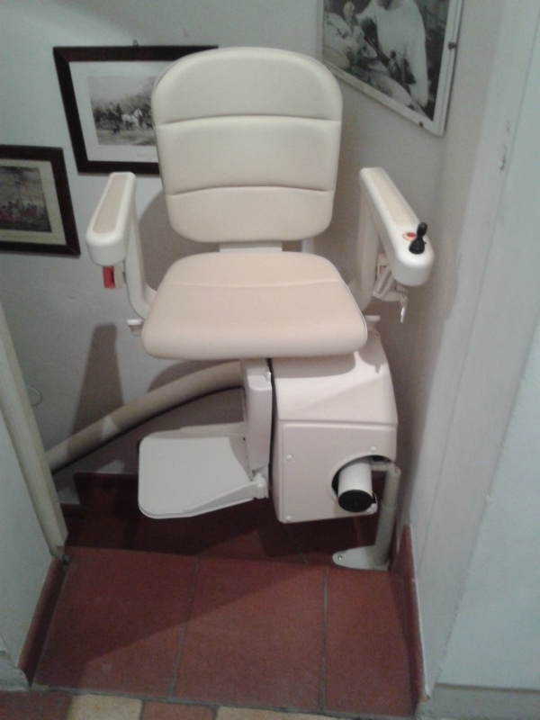 Rotazione del sedile di 90° per permettere una discesa più facile e agevole - Boccato ascensori srl