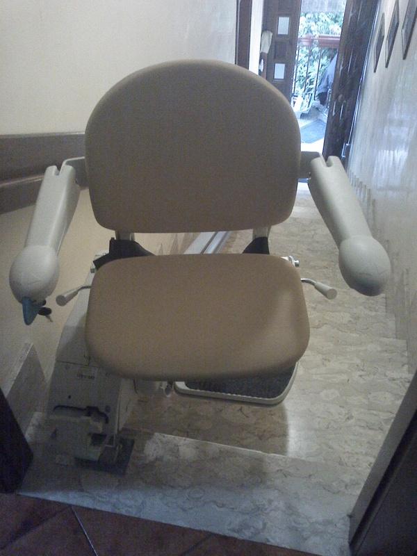 Rotazione del sedile di 90° per consentire una discesa più facile - Boccato Ascensori srl