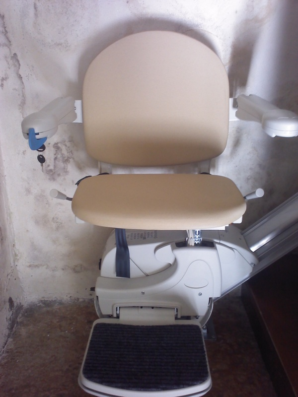 Modello simplicity sedile color sabbia in pelle boccato for Montascale per disabili verona