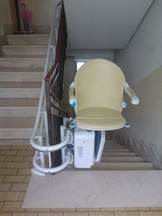 Installazione di Montascale domestico, per la casa, per privato, modello Handicare Minivator