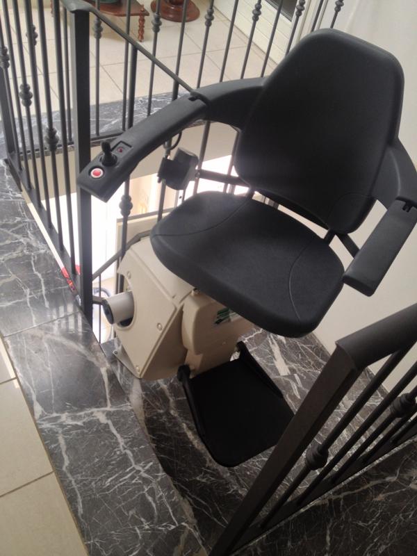 Sedile che ruota di 90° per consentire una discesa più facile - Boccato ascensori srl