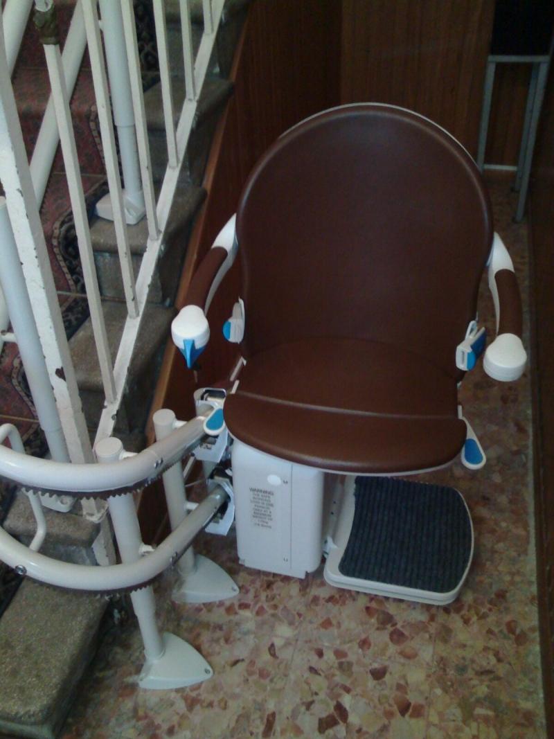 Sedile ruotato di 90° per salire e scendere in modo sicuro e confortevole - Boccato Ascensori Srl