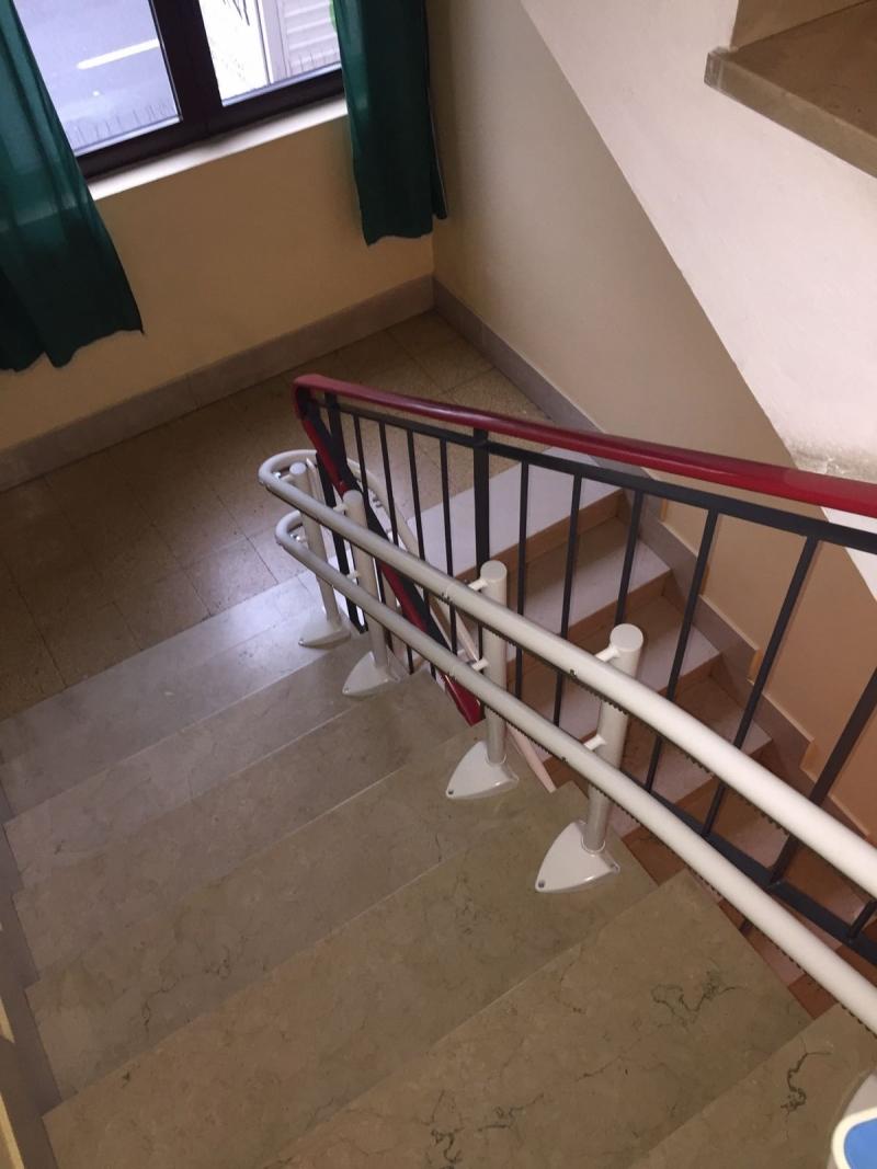 La guida effettua due curve a 180° per superare le tre rampe di scale - Boccato Ascensori Srl