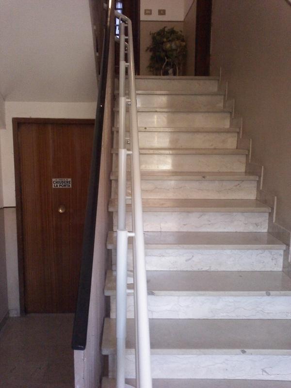 La guida segue fedelmente la scala con attacco a gradino - Boccato ascensori srl
