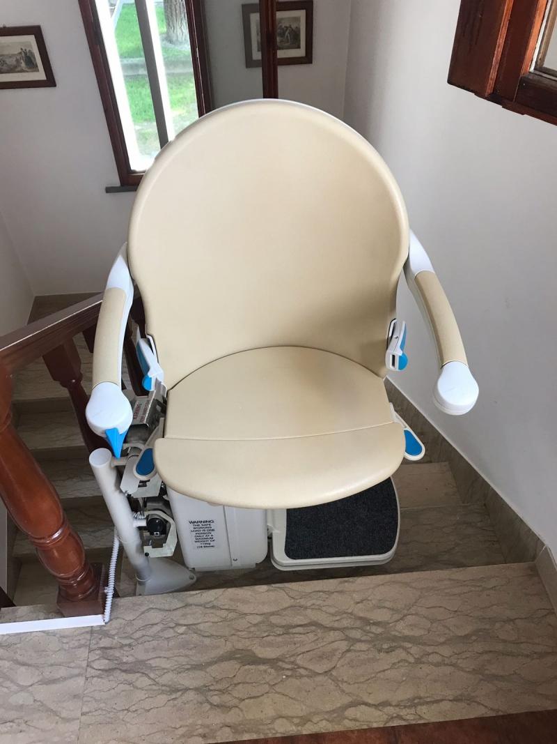 Montascale doppiotubo, con attacco a gradino: il sedile e la cremagliera sono beige ma si possono scegliere molti altri colori a catalogo!