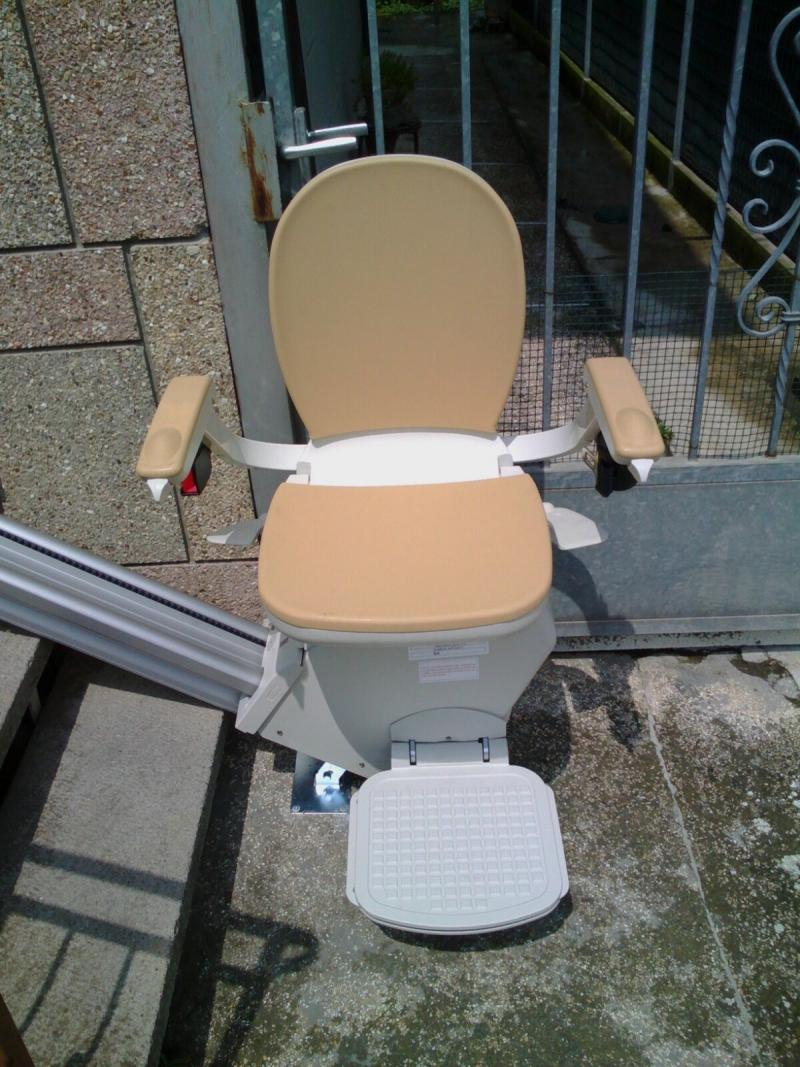 Sedile con rivestimento impermeabile, color sabbia - Boccato Ascensori srl