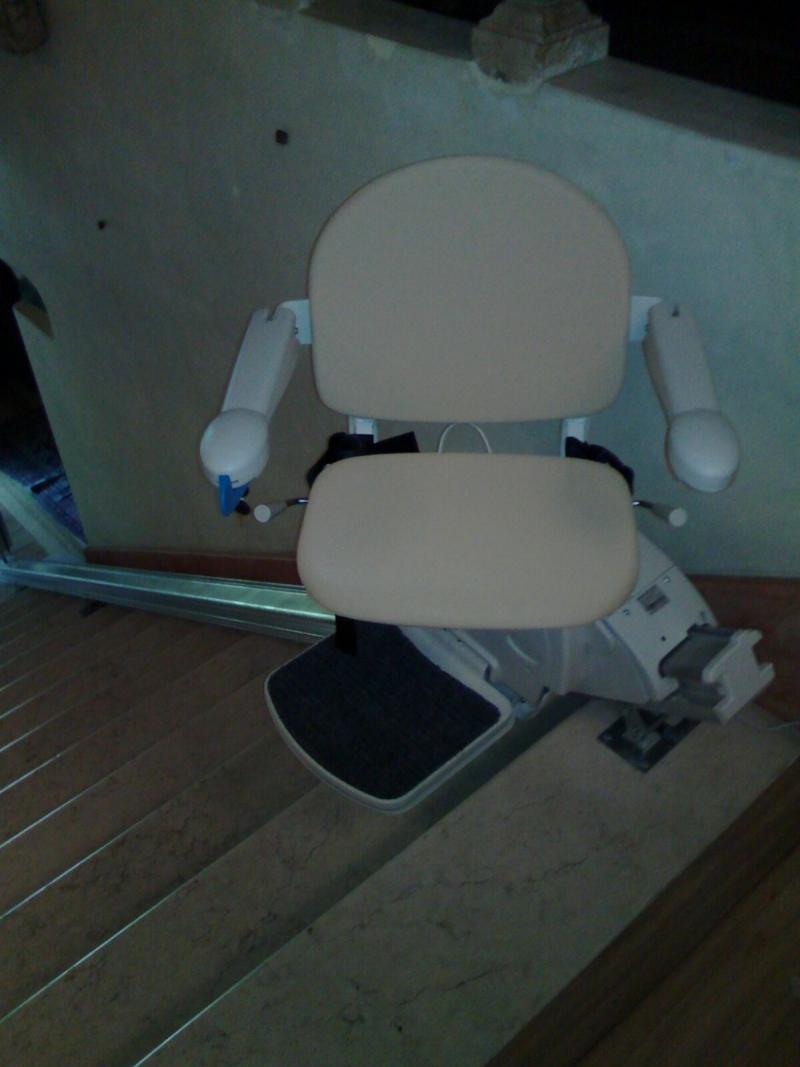 Il sedile esegue una rotazione di 90° per consentire una discesa più facile - Boccato Ascensori srl