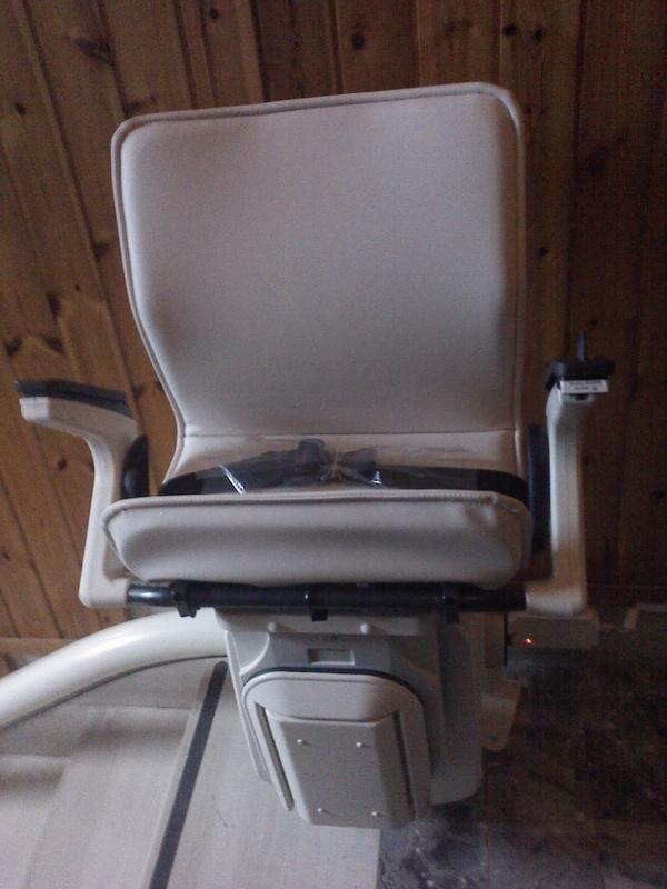 Macchina con sedile color crema, disponibile in altre colorazioni, richiudibile, minimo ingombro - Boccato Ascensori srl