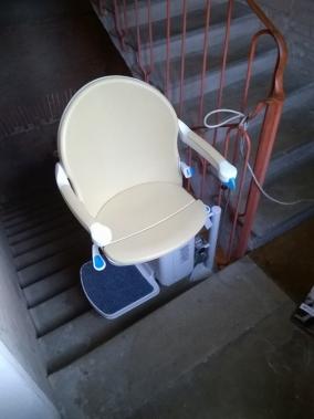 Sedile color crema, disponibile in altre colorazioni - Boccato ascensori srl