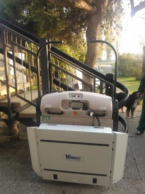 Installazione di Montascale a Marghera (Venezia). Modello V65 per esterni porta carrozzine realizzato senza forare i gradinin delle scale, ma utilizza