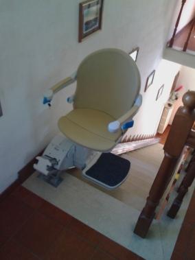 Rotazione di 90° del sedile per consentire una miglior discesa - Boccato Ascensori srl