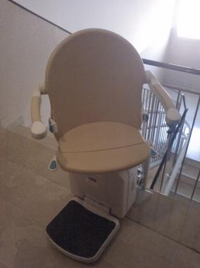 Il sedile può ruotare di 90° per consentire una discesa piu facile - Boccato ascensori srl