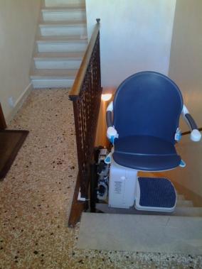 Sedile color zaffiro ruotato di 90° per salire e scendere più agevolmente e in sicurezza - Boccato Ascensori Srl