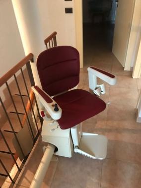 Sedile Elegance color rosso bordeaux dotato di rotazione da entrambi i lati - Boccato Ascensori Srl