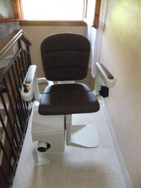 Macchina sul pianerottolo, con il sedile ruotato di 90à per consentire una discesa migliore - Boccato ascensori srl