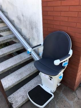 Sedile dotato di rivestimento grigio ardesia protetta dai raggi UV. Disponibile in altre sei colorazioni - Boccato Ascensori srl