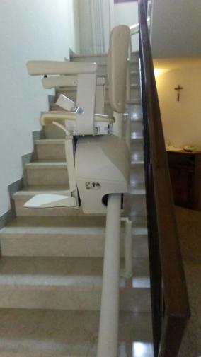 La guida monotubo è di colore bianco, ha attacco a gradino e occupa uno spazio di 14-15 cm sulla scala - Boccato ascensori srl
