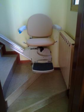 Macchina al parcheggio inferiore, sedile modello Simplicity in pelle color sabbia - Boccato Ascensori srl